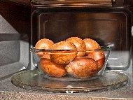 Рецепта Печени картофи с масло и чесън на прах в микровълнова печка / фурна